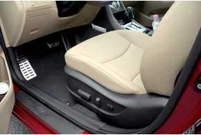 Водительское кресло можно оснастить электроприводом.
