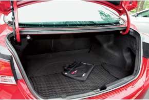 Спинку заднего сиденья можно складывать из багажного отсека.