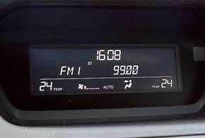 Большой экран в центре торпедо используется лишь для индикации настроек аудиосистемы, климат-контроля и часов.