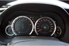 С мехнической КП куда приятнее крутить оборотистый мотор. «Суфлер» подскажет оптимальные моменты переключения дляэкономной езды.