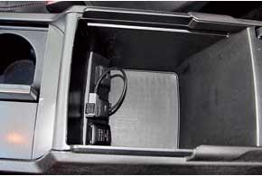 Передние сиденья обеспечивают прекрасную боковую поддержку. Вподлокотнике есть разъемы AUXиUSB.