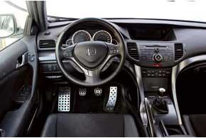 Видимые изменения в салоне минимальны. В версии Type S изменился цвет обивки салона и сиденья прострочены красной нитью. Да еще декоративные вставки иного оттенка – под титан.
