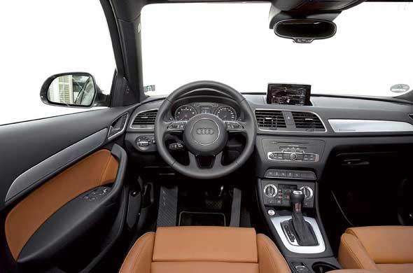 Audi Q3 первым стал обладателем нового рулевого колеса с двумя нижними спицами.