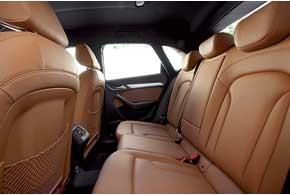 Хотя колесная база ощутимо меньше, чем в BMW X1, но пространства на заднем ряду вполне достаточно даже при росте более 1,8 м.