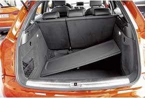 Багажник довольно большой и удобный. Если снять жесткую полку, ее придется класть в салон либо оставлять вгараже.