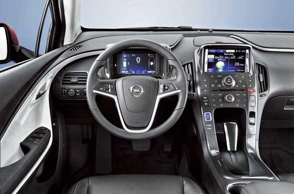 Внутреннее убранство Opel Ampera выглядит стильно ифутуристично.