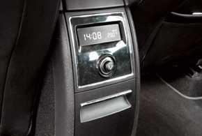 Сзади в Skoda – дефлекторы со «своей» регулировкой силы обдува и экран, показывающий температуру снаружи и время.