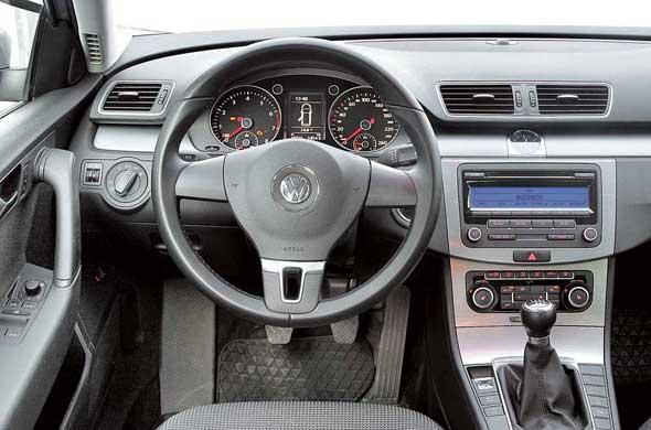 В VW Passat Variant более технологичная и строгая инструментальная панель. Мягкого пластика меньше, нозазор между панелью и передними дверьми уже. Эргономика торпедо у машин схожая.