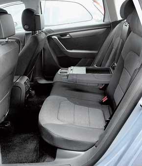 У Passat Variant колесная база меньше и на заднем ряду на 12 см меньше пространства дляколеней. Проем внижней части тоже уже, но места хватает и высаживаться легко.