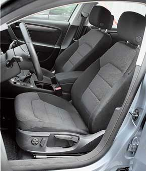 Начиная с оснащения Comfortline, подголовники передних кресел в Volkswagen регулируются еще и в продольном направлении. Кресла очень удобны, хотя регулировка высоты – механическая.