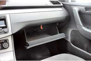Чтобы не занимать место в бардачке Volkswagen, «талмуд» с инструкцией подвешен в специальной нише: потяни за«веревочку», она и откроется.