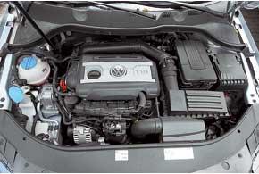 Спинки дивана в Passat Variant можно складывать не только из салона, но и из багажника. В списке опций есть сетка для фиксации вещей, однако органайзер для крепления груза не предложен. 160-сильный турбомотор с непосредственным впрыском в салоне Volkswagen слышен меньше.