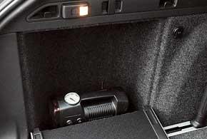 В боковинах багажного отсека Skoda– закрывающиеся отсеки. Над левым укреплен удобный съемный фонарик, одновременно выполняющий роль подсветки.