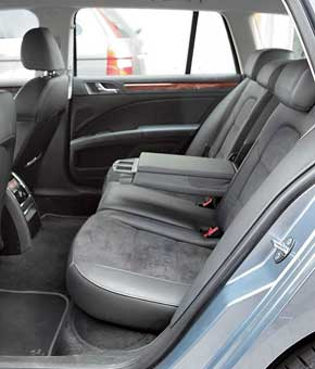 Skoda впечатляет пространством навтором ряду. Тут можно сидеть, закинув ногу на ногу. Даи потолок выше, чем у конкурента. Можно заказать подставки для ног. Чем не лимузин?