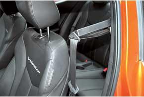 Для удобства ремень водителю подает специальный рычаг, который при необходимости можно опустить.