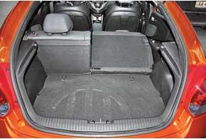 Багажник можно увеличить, сложив спинки. Но, загружая отсек, вещи приходится переносить через высокий борт и опускать глубоко вниз.