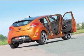 Справа Hyundai Veloster выглядит как практичный 5-дверный хэтчбек, гостеприимно распахнув для задних пассажиров отдельную дверь.