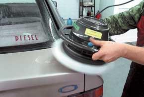 «Подтяжку» автомобилю делают при помощи полиролей нескольких типов.