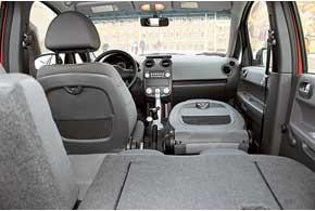 Одно из важных достоинств Colt – широкие возможности трансформации. Задние сиденья сдвигаются назад/вперед на 150 мм, сложить можно только их спинки и спинку переднего пассажирского кресла – чтобы перевезти длинномеры. При необходимости задние сиденья можно вообще убрать из салона.