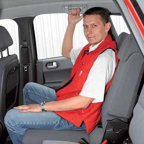 Благодаря сдвижной конструкции задних сидений на галерке запаса места для ног достаточно даже высоким людям– он один из наибольших в классе. Регулируется угол наклона спинок задних сидений.