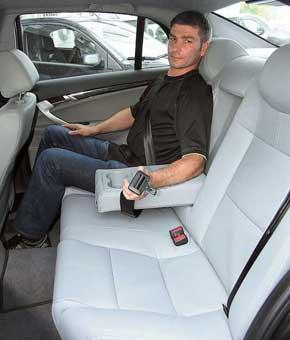 Широкий и высокий проем обеспечивает легкую посадку и высадку на второй ряд. У среднего пассажира всего лишь двухточечный ремень безопасности.