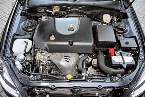 Для обеспечения жесткости кузова вмоторном отсеке сохранили распорку. 1,8-литровый двигатель никак не относится к BMW, он выпущен по лицензии Mitsubishi.