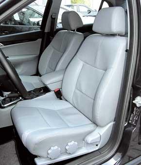 В небольшом диапазоне можно менять наклон подушки передних сидений. Подогревом они так и не обзавелись, хотя на панели есть как раз две заглушки.