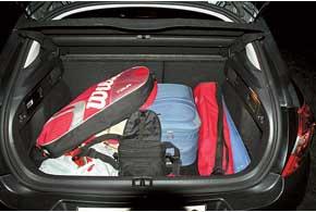 Багажник весьма вместительный. Когда грузишь вещи вечером или ночью, то очень пригодится съемный фонарь, закрепленный набоковине багажника.