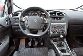 Кнопки на руле позволяют минимально отрывать руки отбаранки. Под левой рукой – блок клавиш «круиза» и управления подсветкой. Под правой – аудиосистемой и телефоном.