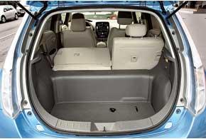 330-литровый багажник имеется далеко не у всех авто С-класса. Ноесть и минусы: небольшой проем, высокий порог имассивная перегородка. Здесьтакже хранится адаптер для зарядки автомобиля.
