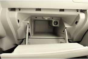 Перчаточный ящик Nissan Leaf соответствует статусу практичного автомобиля – он глубокий и вместительный.