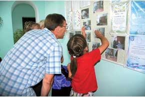 В Бабанке детвора дружно позировала фотографу и хвалилась любимыми учителями.