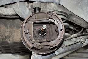 Писк в задних «барабанниках» свидетельствует о необходимости очистки этих тормозных механизмов.