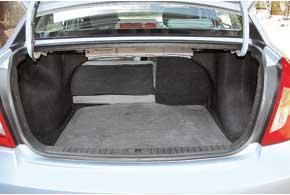 Объем багажника седана средний по сравнению сконкурентами– 390л против 375л у Chevrolet Aveo и510л у Dacia Logan. При необходимости его можно увеличить, сложив задние сиденья.