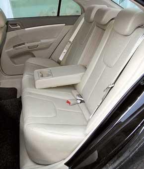 На задних сиденьях  достаточно места для ног пассажиров, а в подлокотнике есть место для стаканов. Сами сиденья плоские и не очень подходят для дальних поездок.