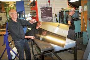 Глушители для элитных моделей делают из полированной нержавейки. Для предохранения глянцевой поверхности перед штамповкой каждый лист заворачивают вцеллофан.