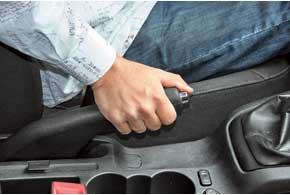 Трос привода стояночного тормоза, особенно в зимнее время, повреждается, пожалуй, раньше других деталей, даже расположенных ближе всего к дороге.