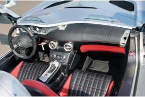 В салоне – алюминий, карбон и кожа. Для лучшей цепкости сруками пилота руль в местах хвата обшит замшей. Есть климат-контроль, но нет аудиосистемы – чтобы меньше чувствовать горячее «дыхание» мотора, но хорошо его слышать.