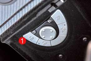 Кнопкой на руле можно самому управлять задним спойлером. Так же SLR McLaren Stirling Moss допускает отключение системы стабилизации (1).