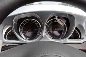 Спидометр оцифрован до390км/ч, из которых спидстер «выбирает» 350 км/ч. На его же поле выводится и маршрутная информация.