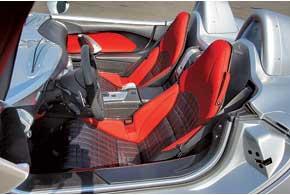 Пороги на 10 см выше, чем у обычного SLR, и такие широкие, что на них можно сидеть, как на скамейке. Чтобы попасть всалон, нужны ловкость и более-менее спортивная фигура.