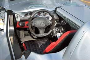 Для достижения «максималки» место пассажира следует накрыть карбоновой панелью. Под анологичной прячем водительское место при хранении суперкара.