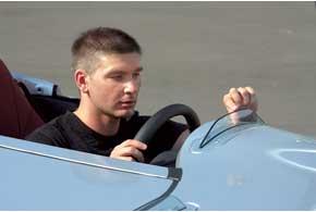 Небольшие дефлекторы предохраняют водителя и пассажира от набегающего потока воздуха. Все же рекомендуется надевать шлем и очки.