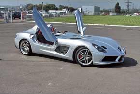 Как и его прародитель, SLR McLaren Stirling Moss имеет чрезвычайно высокие иширокие пороги. Поэтому двери открываются вверх снебольшим поворотом, как и на гоночных моделях CLK GTR и McLarenF1.