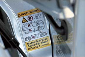 На машине есть даже специальная табличка, предупреждающая о том, что горячее «дыхание» мотора может обжечь.