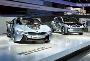 На гибридный полноприводный BMW i8 Concept (слева) установлены 3-цил. ДВС (223л.с.), электромотор и литий-ионные батареи, гарантирующие запас хода на электротяге до 35 км. Городской электрокар (125кВт/170л.с.) BMW i3 Concept разгоняется до«сотни» за 8с, а его максимальная скорость – 150км/ч.