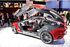 Ford Evos можно назвать одним из самых ярких и эффектных концепт-каров выставки. Автомобиль длиной 4,5 м оснащен гибридной подзаряжаемой (PHEV) силовой установкой, питаемой от литий-ионных батарей. Дизайнерские решения, реализованные в облике Evos, скоро появятся на серийных моделях Ford.