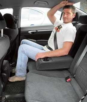 Салон Civic светлее благодаря более низкой линии остекления. На задних сиденьях больше места для ног за счет превосходства в размере колесной базы. Над головой его – без излишка.