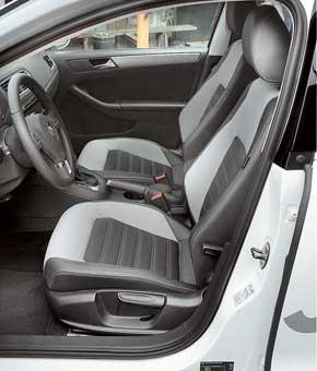 Кресла достаточно жесткие и удобные. На заднем сиденье двоим комфортно. Но третьему пассажиру мешает высокий трансмиссионный тоннель.