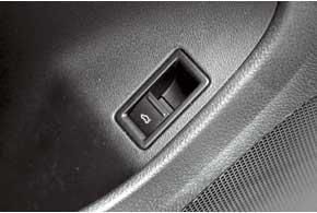 Замок крышки багажника оснащен электроприводом иможет отпираться из салона или кнопкой с ключа.